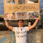 حسن علی زاده در واکنش به حمله اخیر فرقه ای به هزاره های کابل که تظاهرات مسالمت آمیز برای ابتدایی ترین حقوق خویش راه اندازی کرده بودند و باعث کشته و زخمی شدن صدها نفر شد با نمایش پلاکارد خویش در اعتراض جهانی هزاره ها سهم گرفت.